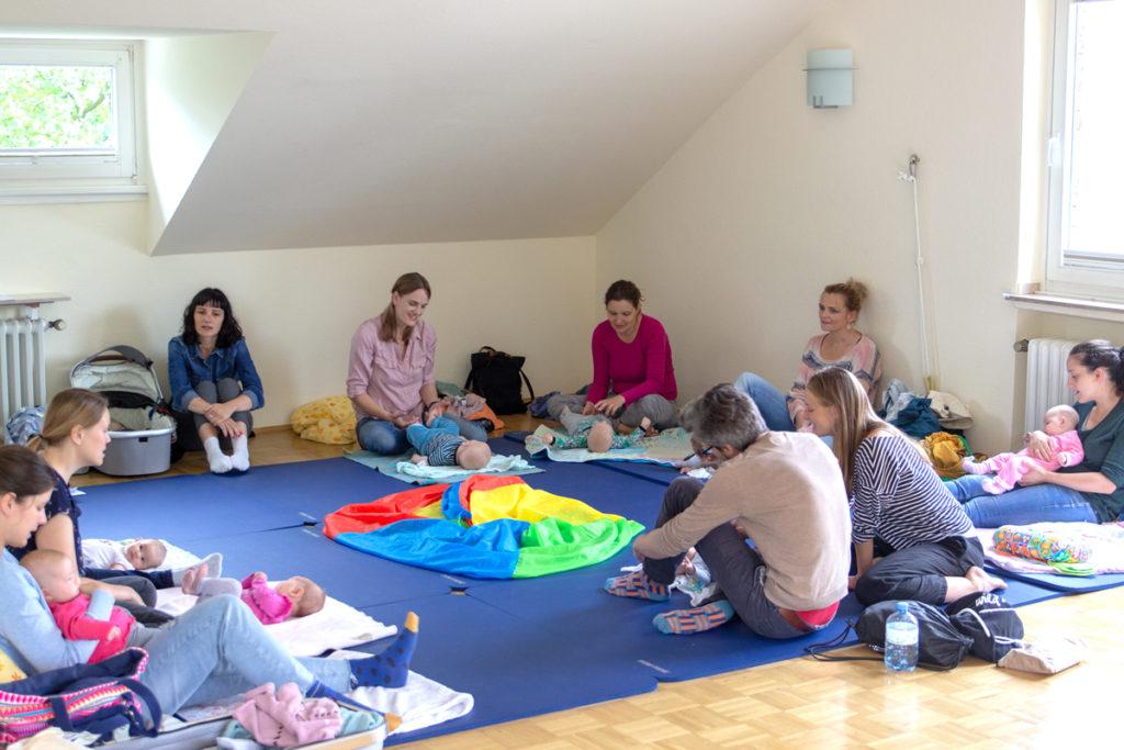 kostenlose Babyzeit und Babymassage. Foto mit Teilnehmer*innen